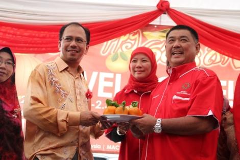Pengarah program, saudara Zun Arif Hakim bersama pemilik Restoran Hj. Sharin Low